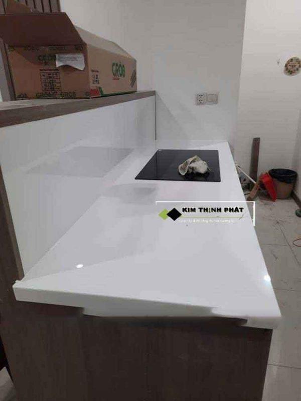 mẫu Bàn Bếp Đá Trắng Moka đơn thuần màu trắng