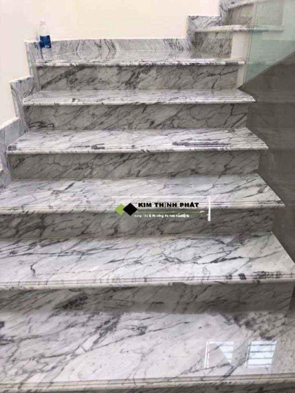 + Giá thi công cầu thang đá trắng Carrara ( vân mây tự nhiên ) trong khoảng 2.700.000 đ/m2 trở lên