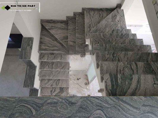 + Giá thi công cầu thang đá trắng sa mạc trong khoảng 1.000.000 đ/m2 trở lên