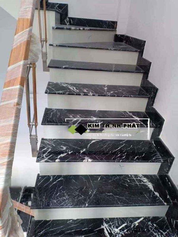 mẫu cầu thang đá đen tia chớp