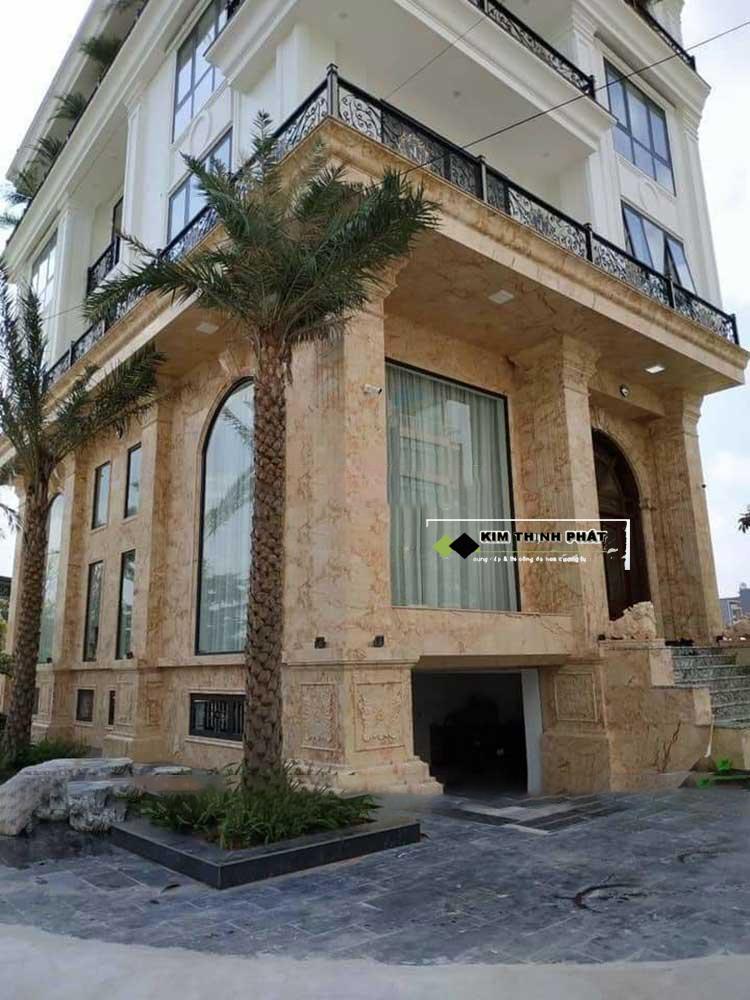Cột vuông đá hoa cương được lựa chọn nhiều trong không gian sang trọng trướt hiên nhà, không gian biệt thự, khách sạn...