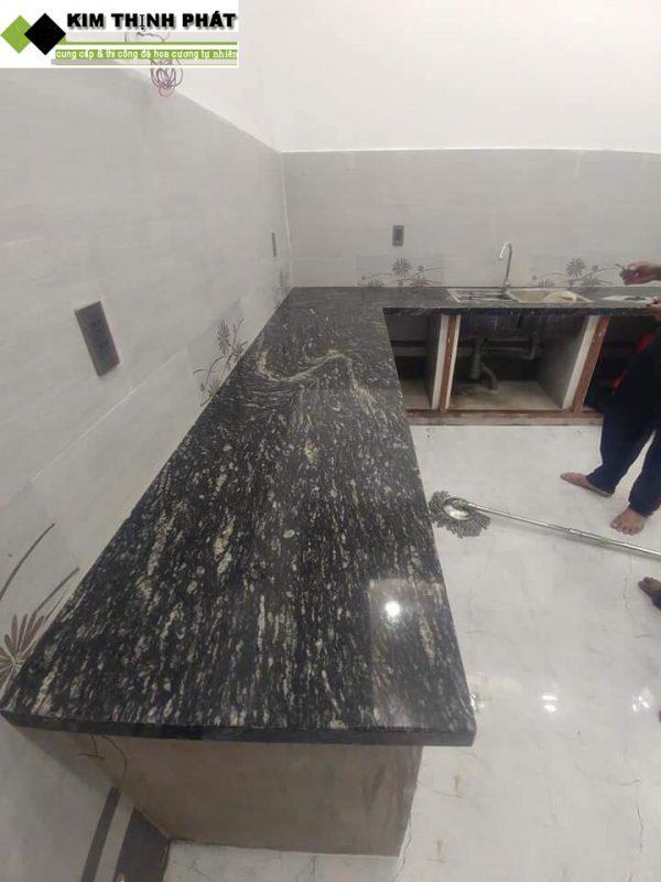 bàn bếp đá hoa cương đen nhiệt đới