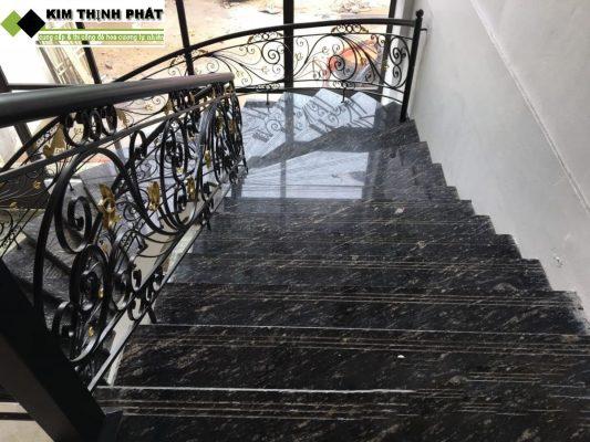 cầu thang đá hoa cương đen nhiệt đới