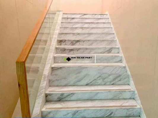 + Giá thi công cầu thang đá trắng Volakas trong khoảng 2.500.000 đ/m2 trở lên