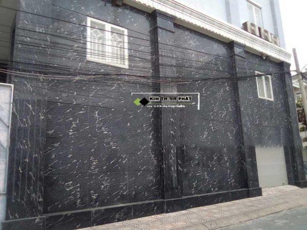 cột đá hoa cương đen cá vuông ốp cùng vách tường