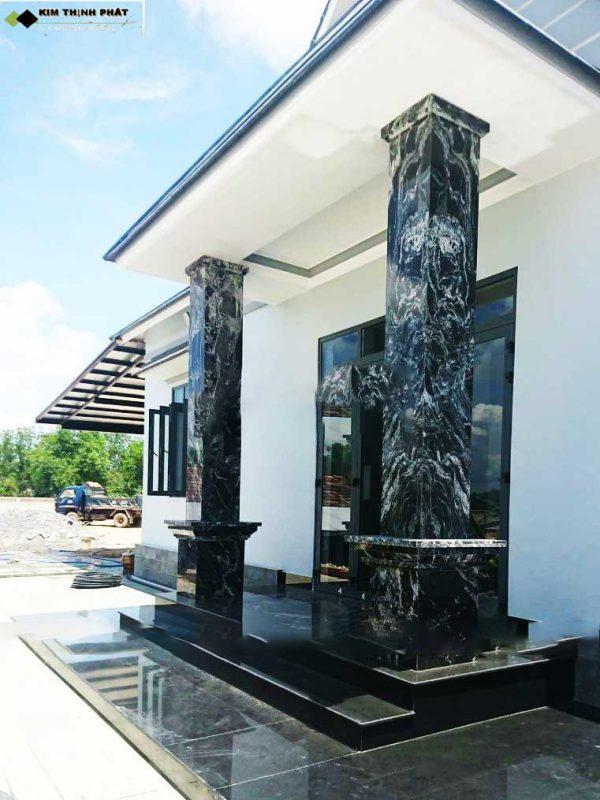 cột đá rừng đen vuông chống đỡ không gian biên hiên nhà