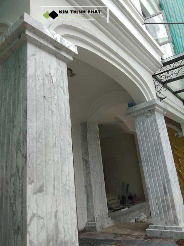 Những mẫu cột đá màu trắng như Đá Marble Trắng Polaris, Đá Trắng Calacatta, Đá Trắng Carrara, Đá Trắng Volakas, Đá Trắng Sa Mạc, trắng vân mây...sử dụng ốp cột rất nhiều